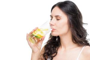 Mommy makeover drikker vand